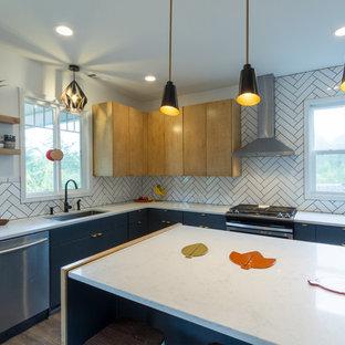 アトランタの大きい北欧スタイルのおしゃれなキッチン (ドロップインシンク、フラットパネル扉のキャビネット、淡色木目調キャビネット、珪岩カウンター、白いキッチンパネル、磁器タイルのキッチンパネル、シルバーの調理設備の、セラミックタイルの床、黒い床) の写真