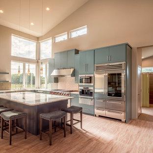 他の地域の大きいモダンスタイルのおしゃれなキッチン (エプロンフロントシンク、フラットパネル扉のキャビネット、ターコイズのキャビネット、珪岩カウンター、緑のキッチンパネル、サブウェイタイルのキッチンパネル、シルバーの調理設備の、コルクフローリング、ベージュの床) の写真