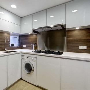 Moderne Küche in L-Form mit Unterbauwaschbecken, flächenbündigen Schrankfronten, weißen Schränken, Küchenrückwand in Braun und weißen Elektrogeräten in Hongkong