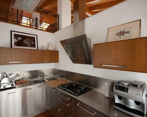 HI-TECH, LOW COST - La cucina in acciaio e legno