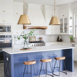 Idéer för att renovera ett mellanstort vintage vit vitt kök, med en undermonterad diskho, skåp i shakerstil, vita skåp, vitt stänkskydd, rostfria vitvaror, en köksö, grått golv, bänkskiva i kvartsit, stänkskydd i keramik och klinkergolv i porslin