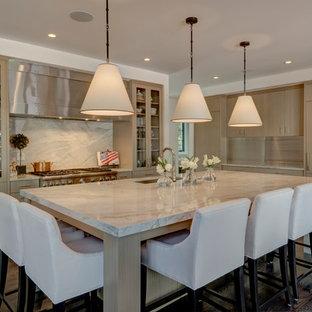 デンバーの広いモダンスタイルのおしゃれなキッチン (フラットパネル扉のキャビネット、アンダーカウンターシンク、淡色木目調キャビネット、大理石カウンター、白いキッチンパネル、石スラブのキッチンパネル、シルバーの調理設備、無垢フローリング) の写真