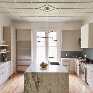 ボストンの広いヴィクトリアン調のおしゃれなキッチン (ドロップインシンク、フラットパネル扉のキャビネット、グレーのキャビネット、大理石カウンター、青いキッチンパネル、セラミックタイルのキッチンパネル、シルバーの調理設備、淡色無垢フローリング、ベージュの床、白いキッチンカウンター) の写真