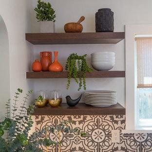 サンフランシスコの小さいエクレクティックスタイルのおしゃれなキッチン (ドロップインシンク、シェーカースタイル扉のキャビネット、グレーのキャビネット、クオーツストーンカウンター、磁器タイルのキッチンパネル、シルバーの調理設備、濃色無垢フローリング、茶色い床、白いキッチンカウンター) の写真