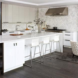 Свежая идея для дизайна: угловая кухня-гостиная среднего размера в современном стиле с техникой из нержавеющей стали, фартуком из мрамора, врезной раковиной, плоскими фасадами, белыми фасадами, столешницей из кварцита, белым фартуком, темным паркетным полом, островом и коричневым полом - отличное фото интерьера