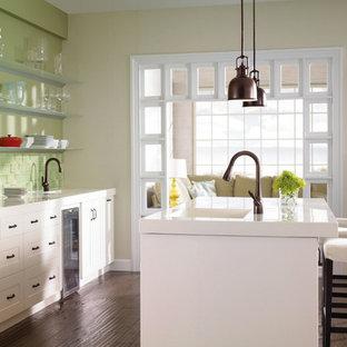 ソルトレイクシティの中サイズのカントリー風おしゃれなキッチン (一体型シンク、シェーカースタイル扉のキャビネット、白いキャビネット、人工大理石カウンター、緑のキッチンパネル、ガラスタイルのキッチンパネル、濃色無垢フローリング) の写真
