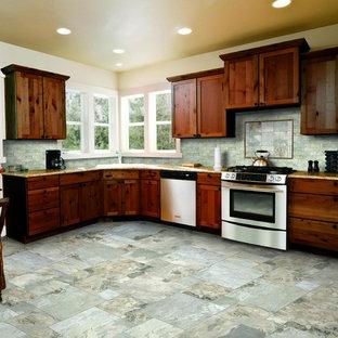 他の地域の中サイズのラスティックスタイルのおしゃれなキッチン (アンダーカウンターシンク、シェーカースタイル扉のキャビネット、濃色木目調キャビネット、御影石カウンター、青いキッチンパネル、石タイルのキッチンパネル、シルバーの調理設備の、スレートの床、アイランドなし) の写真