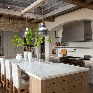 Idéer för att renovera ett medelhavsstil parallellkök, med en köksö