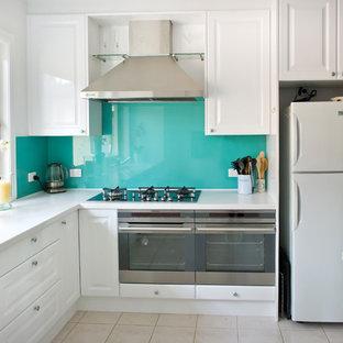 Idéer för ett mellanstort modernt kök, med bänkskiva i koppar, glaspanel som stänkskydd, vita skåp, klinkergolv i keramik, en köksö, en integrerad diskho, luckor med upphöjd panel och rostfria vitvaror