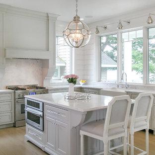 Idéer för ett mellanstort klassiskt vit kök, med en rustik diskho, luckor med profilerade fronter, grå skåp, bänkskiva i kvarts, vitt stänkskydd, stänkskydd i trä, integrerade vitvaror, en köksö, ljust trägolv och beiget golv
