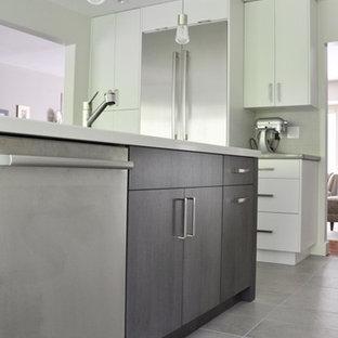 バンクーバーの広いモダンスタイルのおしゃれなキッチン (アンダーカウンターシンク、フラットパネル扉のキャビネット、グレーのキャビネット、クオーツストーンカウンター、白いキッチンパネル、磁器タイルのキッチンパネル、シルバーの調理設備、セラミックタイルの床) の写真