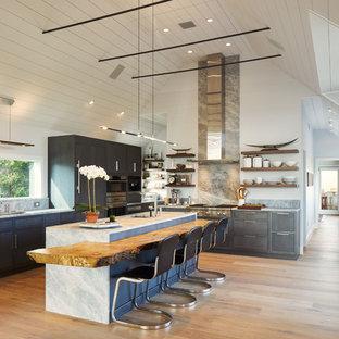 Idéer för att renovera ett stort funkis kök, med en undermonterad diskho, släta luckor, grått stänkskydd, rostfria vitvaror, en köksö, bänkskiva i kvarts, ljust trägolv, stänkskydd i marmor, beiget golv och grå skåp