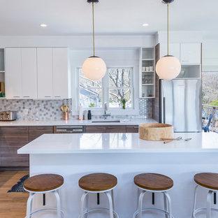 Idéer för att renovera ett stort funkis kök, med en trippel diskho, släta luckor, bänkskiva i kvarts, grått stänkskydd, stänkskydd i mosaik, rostfria vitvaror, en köksö, skåp i mörkt trä och ljust trägolv