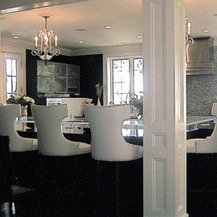 ニューヨークのエクレクティックスタイルのおしゃれなキッチン (フラットパネル扉のキャビネット、白いキャビネット、御影石カウンター、マルチカラーのキッチンパネル、アンダーカウンターシンク、ボーダータイルのキッチンパネル、シルバーの調理設備、濃色無垢フローリング) の写真