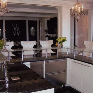 ニューヨークの巨大なエクレクティックスタイルのおしゃれなキッチン (フラットパネル扉のキャビネット、白いキャビネット、ガラスカウンター、マルチカラーのキッチンパネル、アンダーカウンターシンク、ボーダータイルのキッチンパネル、シルバーの調理設備の、濃色無垢フローリング) の写真