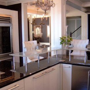 ニューヨークの巨大なエクレクティックスタイルのおしゃれなキッチン (アンダーカウンターシンク、フラットパネル扉のキャビネット、白いキャビネット、ガラスカウンター、マルチカラーのキッチンパネル、シルバーの調理設備の、濃色無垢フローリング、ボーダータイルのキッチンパネル) の写真