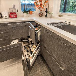 サンフランシスコの広いコンテンポラリースタイルのおしゃれなキッチン (ドロップインシンク、フラットパネル扉のキャビネット、濃色木目調キャビネット、クオーツストーンカウンター、白いキッチンパネル、シルバーの調理設備、セラミックタイルの床、グレーの床) の写真