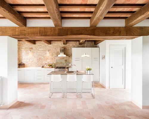 Attractive Immagine Di Una Grande Cucina Minimalista Con Ante Lisce, Ante Bianche,  Pavimento In Terracotta