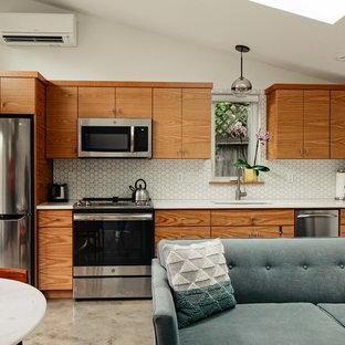 Idee per una cucina lineare contemporanea con lavello sottopiano, ante lisce, ante in legno scuro, elettrodomestici in acciaio inossidabile, pavimento in cemento, nessuna isola, pavimento grigio e top bianco