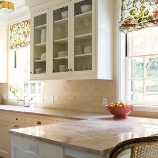 Idee per una cucina chic di medie dimensioni con ante in stile shaker, ante bianche, top in superficie solida, paraspruzzi beige, paraspruzzi in gres porcellanato, elettrodomestici bianchi, lavello a doppia vasca e parquet scuro
