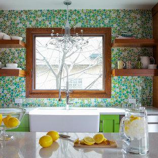 カルガリーの大きいエクレクティックスタイルのおしゃれなキッチン (エプロンフロントシンク、シェーカースタイル扉のキャビネット、緑のキャビネット、クオーツストーンカウンター、緑のキッチンパネル、モザイクタイルのキッチンパネル、シルバーの調理設備、淡色無垢フローリング、ベージュの床) の写真
