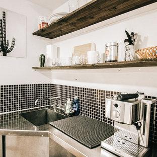 Kleine Tropische Küche mit offenen Schränken, dunklen Holzschränken und Edelstahl-Arbeitsplatte in Montreal