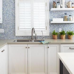 Ispirazione per una cucina minimal con paraspruzzi con piastrelle a mosaico, paraspruzzi blu, ante bianche, ante con riquadro incassato, lavello a doppia vasca e top in quarzo composito