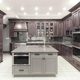 ニューヨークの広いエクレクティックスタイルのおしゃれなキッチン (アンダーカウンターシンク、落し込みパネル扉のキャビネット、濃色木目調キャビネット、御影石カウンター、メタリックのキッチンパネル、ミラータイルのキッチンパネル、シルバーの調理設備、セラミックタイルの床、マルチカラーの床、マルチカラーのキッチンカウンター) の写真