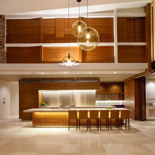 Esempio di una grande cucina parallela design con ante lisce, ante in legno scuro, paraspruzzi con piastrelle di metallo, pavimento in travertino, isola, paraspruzzi a effetto metallico e pavimento beige