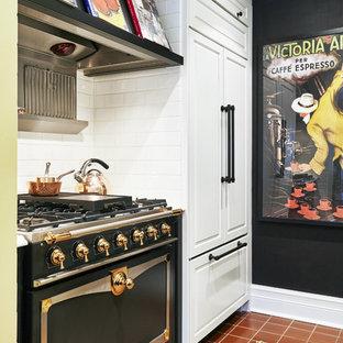 トロントの中サイズのトラディショナルスタイルのおしゃれなキッチン (ダブルシンク、レイズドパネル扉のキャビネット、白いキャビネット、クオーツストーンカウンター、白いキッチンパネル、セラミックタイルのキッチンパネル、パネルと同色の調理設備、テラコッタタイルの床、赤い床) の写真