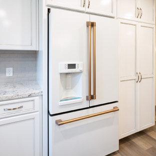 Große Shabby-Chic-Style Küche mit Rückwand aus Metrofliesen, Vinylboden und Kücheninsel in Sacramento