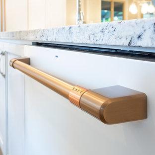 サクラメントの大きいシャビーシック調のおしゃれなアイランドキッチン (サブウェイタイルのキッチンパネル、クッションフロア) の写真