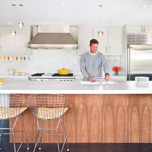 Zweizeilige Mid-Century Küche mit Unterbauwaschbecken, flächenbündigen Schrankfronten, weißen Schränken, Küchenrückwand in Weiß, Küchengeräten aus Edelstahl, Marmor-Arbeitsplatte und Rückwand aus Marmor in San Francisco