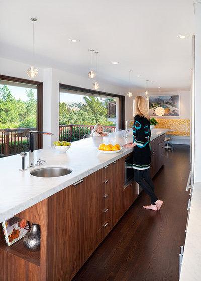 Midcentury Kitchen by Jennifer Weiss Architecture