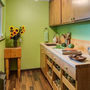サンフランシスコのミッドセンチュリースタイルのおしゃれなキッチン (アンダーカウンターシンク、フラットパネル扉のキャビネット、中間色木目調キャビネット、オレンジのキッチンパネル、サブウェイタイルのキッチンパネル、無垢フローリング、木材カウンター) の写真