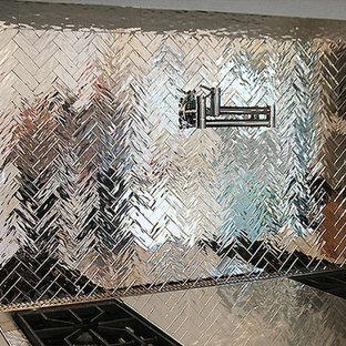 Ispirazione per una cucina contemporanea di medie dimensioni con lavello da incasso, ante lisce, ante marroni, top in marmo, paraspruzzi a effetto metallico, paraspruzzi a specchio, elettrodomestici in acciaio inossidabile, pavimento in marmo e isola