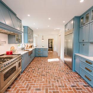 Inspiration för ett mellanstort eklektiskt vit vitt kök, med en rustik diskho, släta luckor, blå skåp, bänkskiva i kvarts, vitt stänkskydd, stänkskydd i porslinskakel, rostfria vitvaror, tegelgolv och en halv köksö