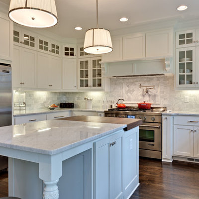Eat-in kitchen - mid-sized traditional u-shaped dark wood floor eat-in kitchen idea in Atlanta with stainless steel appliances, a farmhouse sink, white cabinets, marble countertops, stone tile backsplash, an island, recessed-panel cabinets and gray backsplash
