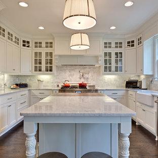 アトランタの中サイズのトラディショナルスタイルのおしゃれなキッチン (シルバーの調理設備の、エプロンフロントシンク、石タイルのキッチンパネル、大理石カウンター、白いキャビネット、濃色無垢フローリング、落し込みパネル扉のキャビネット、グレーのキッチンパネル) の写真