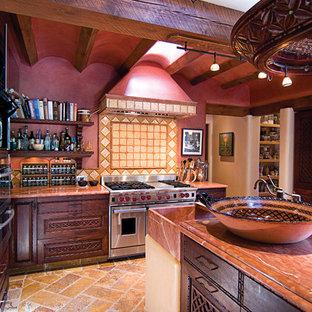 Mittelgroße Mediterrane Wohnküche in U-Form mit Waschbecken, Schrankfronten mit vertiefter Füllung, dunklen Holzschränken, Marmor-Arbeitsplatte, bunter Rückwand, Rückwand aus Terrakottafliesen, Küchengeräten aus Edelstahl, Travertin und Kücheninsel in Albuquerque