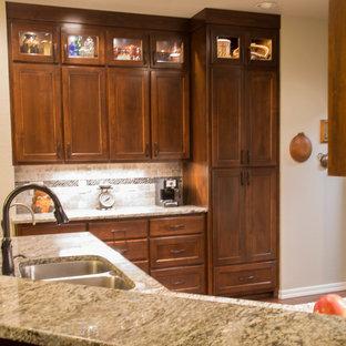 他の地域の中サイズのモダンスタイルのおしゃれなダイニングキッチン (アンダーカウンターシンク、フラットパネル扉のキャビネット、茶色いキャビネット、御影石カウンター、グレーのキッチンパネル、トラバーチンの床、シルバーの調理設備の、無垢フローリング、茶色い床、グレーのキッチンカウンター) の写真