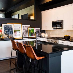 ワシントンD.C., DCのコンテンポラリースタイルのアイランドキッチンの写真 (フラットパネル扉のキャビネット、白いキャビネット、白いキッチンパネル、サブウェイタイルのキッチンパネル、シルバーの調理設備の、濃色無垢フローリング)