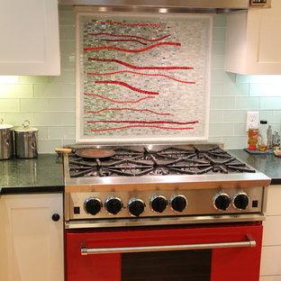 ボストンの中サイズのモダンスタイルのおしゃれなキッチン (エプロンフロントシンク、フラットパネル扉のキャビネット、白いキャビネット、御影石カウンター、マルチカラーのキッチンパネル、モザイクタイルのキッチンパネル、カラー調理設備、淡色無垢フローリング) の写真