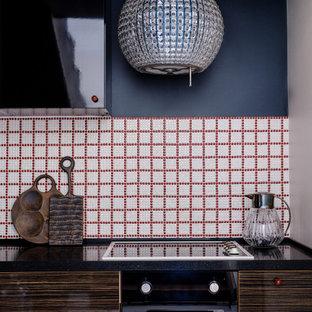 Ispirazione per una piccola cucina a L chiusa con lavello da incasso, ante marroni, top in quarzite, pavimento in marmo, nessuna isola, pavimento bianco e top nero