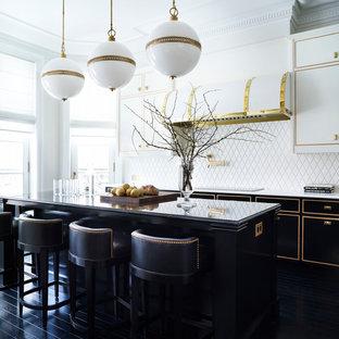 Неиссякаемый источник вдохновения для домашнего уюта: кухня в классическом стиле с белыми фасадами, белым фартуком, островом и черным полом