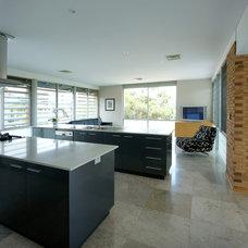 Contemporary Kitchen by Paul Burnham Architect Pty Ltd