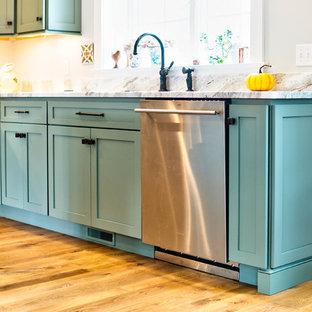 ボストンの中サイズのエクレクティックスタイルのおしゃれなキッチン (アンダーカウンターシンク、シェーカースタイル扉のキャビネット、グレーのキャビネット、木材カウンター、グレーのキッチンパネル、メタルタイルのキッチンパネル、シルバーの調理設備、淡色無垢フローリング、茶色い床) の写真