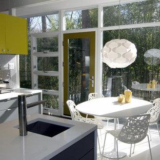 Foto på ett mellanstort retro kök, med släta luckor, en köksö, en undermonterad diskho, gula skåp, bänkskiva i koppar, vitt stänkskydd, stänkskydd i keramik, rostfria vitvaror och terrazzogolv