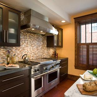 Idéer för ett avskilt, mellanstort modernt u-kök, med rostfria vitvaror, släta luckor, bruna skåp, flerfärgad stänkskydd, stänkskydd i mosaik, en undermonterad diskho, granitbänkskiva, mellanmörkt trägolv, en köksö och brunt golv