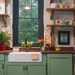 Foto på ett avskilt, mellanstort eklektiskt linjärt kök, med en rustik diskho, skåp i shakerstil, gröna skåp, träbänkskiva, beige stänkskydd, tegelgolv och rött golv